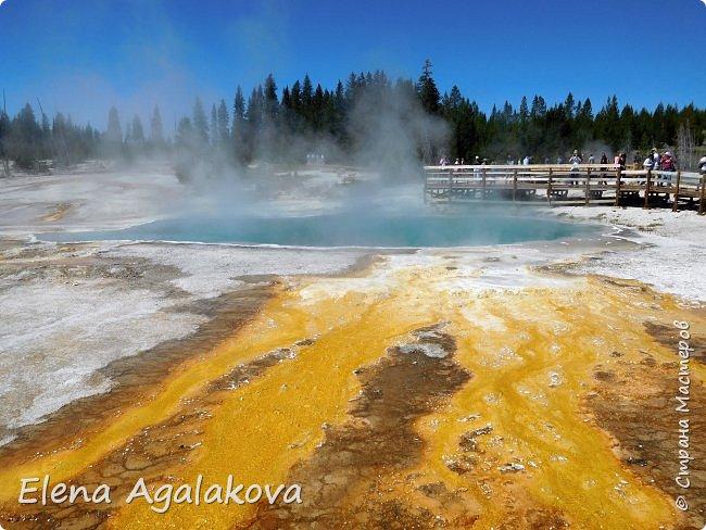 Продолжаю делится впечатлениями от поездки в Йе́ллоустон (Yellowstone National Park)— международный биосферный заповедник, объект Всемирного Наследия ЮНЕСКО, первый в мире национальный парк (основан 1 марта 1872 года). Находится в США, на территории штатов Вайоминг, Монтана и Айдахо. Парк знаменит многочисленными гейзерами и другими геотермическими объектами, богатой живой природой, живописными ландшафтами. ( взято из Википедии ) Мы останавливались в кемпингах в палатках. Парк произвел на нас огромное впечатление. Очень хочется поделится с вами красотой которую я увидела. В один фоторепортаж трудно вместить все увиденное поэтому это уже шестой и будут еще...  Жалко что при загрузке фото уменьшаются и теряется качество поэтому смотрятся картинки плоско... но с этим я ничего поделать не могу. фото 12
