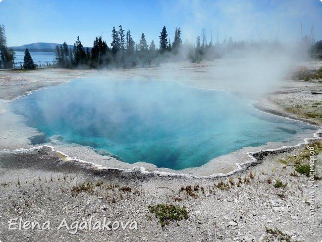 Продолжаю делится впечатлениями от поездки в Йе́ллоустон (Yellowstone National Park)— международный биосферный заповедник, объект Всемирного Наследия ЮНЕСКО, первый в мире национальный парк (основан 1 марта 1872 года). Находится в США, на территории штатов Вайоминг, Монтана и Айдахо. Парк знаменит многочисленными гейзерами и другими геотермическими объектами, богатой живой природой, живописными ландшафтами. ( взято из Википедии ) Мы останавливались в кемпингах в палатках. Парк произвел на нас огромное впечатление. Очень хочется поделится с вами красотой которую я увидела. В один фоторепортаж трудно вместить все увиденное поэтому это уже шестой и будут еще...  Жалко что при загрузке фото уменьшаются и теряется качество поэтому смотрятся картинки плоско... но с этим я ничего поделать не могу. фото 13
