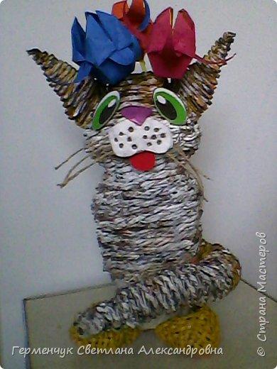 Представляю  Вам  плетеную из бумажных  трубочек кошку  с сюрпризом.  Внутри  у нее пустая  баночка из под кофе .Можно  налить воду внутрь и использовать  ее как вазу  для    цветов  ,  а если положить   конфеты  -будет оригинальная упаковка сладостей ,можно и другие сувениры спрятать.Высота кошки 34 см фото 14