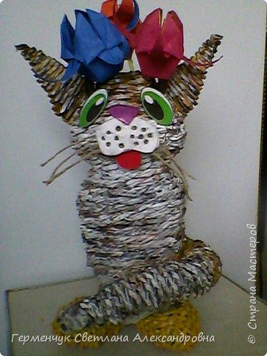 Представляю  Вам  плетеную из бумажных  трубочек кошку  с сюрпризом.  Внутри  у нее пустая  баночка из под кофе .Можно  налить воду внутрь и использовать  ее как вазу  для    цветов  ,  а если положить   конфеты  -будет оригинальная упаковка сладостей ,можно и другие сувениры спрятать.Высота кошки 34 см фото 15