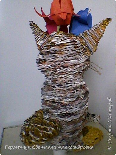 Представляю  Вам  плетеную из бумажных  трубочек кошку  с сюрпризом.  Внутри  у нее пустая  баночка из под кофе .Можно  налить воду внутрь и использовать  ее как вазу  для    цветов  ,  а если положить   конфеты  -будет оригинальная упаковка сладостей ,можно и другие сувениры спрятать.Высота кошки 34 см фото 19
