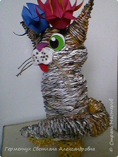 Представляю  Вам  плетеную из бумажных  трубочек кошку  с сюрпризом.  Внутри  у нее пустая  баночка из под кофе .Можно  налить воду внутрь и использовать  ее как вазу  для    цветов  ,  а если положить   конфеты  -будет оригинальная упаковка сладостей ,можно и другие сувениры спрятать.Высота кошки 34 см фото 21