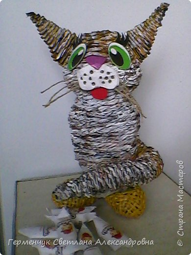 Представляю  Вам  плетеную из бумажных  трубочек кошку  с сюрпризом.  Внутри  у нее пустая  баночка из под кофе .Можно  налить воду внутрь и использовать  ее как вазу  для    цветов  ,  а если положить   конфеты  -будет оригинальная упаковка сладостей ,можно и другие сувениры спрятать.Высота кошки 34 см фото 24