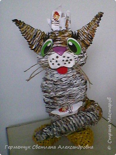 Представляю  Вам  плетеную из бумажных  трубочек кошку  с сюрпризом.  Внутри  у нее пустая  баночка из под кофе .Можно  налить воду внутрь и использовать  ее как вазу  для    цветов  ,  а если положить   конфеты  -будет оригинальная упаковка сладостей ,можно и другие сувениры спрятать.Высота кошки 34 см фото 25