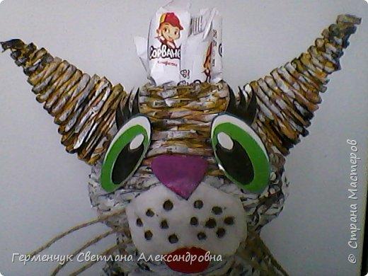 Представляю  Вам  плетеную из бумажных  трубочек кошку  с сюрпризом.  Внутри  у нее пустая  баночка из под кофе .Можно  налить воду внутрь и использовать  ее как вазу  для    цветов  ,  а если положить   конфеты  -будет оригинальная упаковка сладостей ,можно и другие сувениры спрятать.Высота кошки 34 см фото 27
