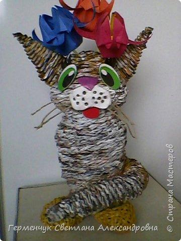 Представляю  Вам  плетеную из бумажных  трубочек кошку  с сюрпризом.  Внутри  у нее пустая  баночка из под кофе .Можно  налить воду внутрь и использовать  ее как вазу  для    цветов  ,  а если положить   конфеты  -будет оригинальная упаковка сладостей ,можно и другие сувениры спрятать.Высота кошки 34 см фото 1
