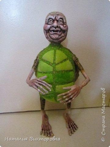 Всем здравствуйте! Давно не выставляла свои работы! Вот черепаха Матильда! Сразу слышу: какая она страшная,ну да не красавица! Люблю я характерных кукол,и к тому же гламурные красотки (не получаются) не моя стихия! Всем спасибо! Всех люблю! фото 7