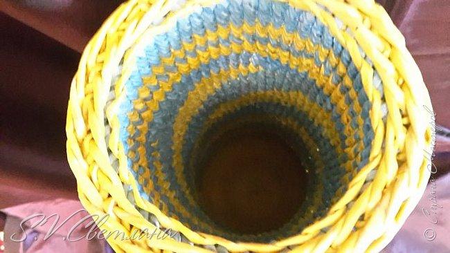 Здравствуйте мои друзья из  Страны Мастеров! На ваш суд представляю вазу под цветы, она же ваза для зонтиков. На нее у меня  ушло (если я нигде не ошиблась) 1261 трубочки из кромки брошюры Эпицентра. Вес вазы составляет почти 2 кг. Трубочки на спицу 1 мм,  при ширине полосы  10 см. Но  рекомендую для корневого плетения брать ширину не более 7 см. Высота вазы 61 см. Плетение оказалось очень долгим, но я ее все-таки закончила. Плетение по времени заняло 2 месяца. фото 7