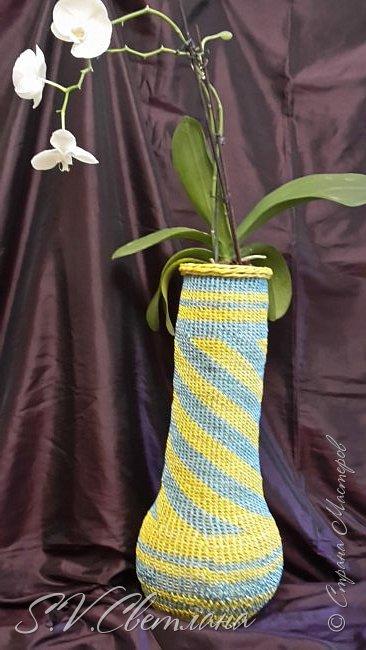 Здравствуйте мои друзья из  Страны Мастеров! На ваш суд представляю вазу под цветы, она же ваза для зонтиков. На нее у меня  ушло (если я нигде не ошиблась) 1261 трубочки из кромки брошюры Эпицентра. Вес вазы составляет почти 2 кг. Трубочки на спицу 1 мм,  при ширине полосы  10 см. Но  рекомендую для корневого плетения брать ширину не более 7 см. Высота вазы 61 см. Плетение оказалось очень долгим, но я ее все-таки закончила. Плетение по времени заняло 2 месяца. фото 9