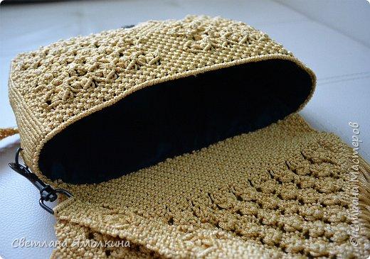 Здравствуйте, дорогие жители СМ! Сегодня показываю свеженькую работу в технике макраме. Сумочка сплетена из пряжи Macrame YarnArt, цвет пряжи золотой (на фотографиях он искажен), размер в сантиметрах 26х18х6, ремешок - плетение 79 см. Узор нафантазировала сама. фото 10