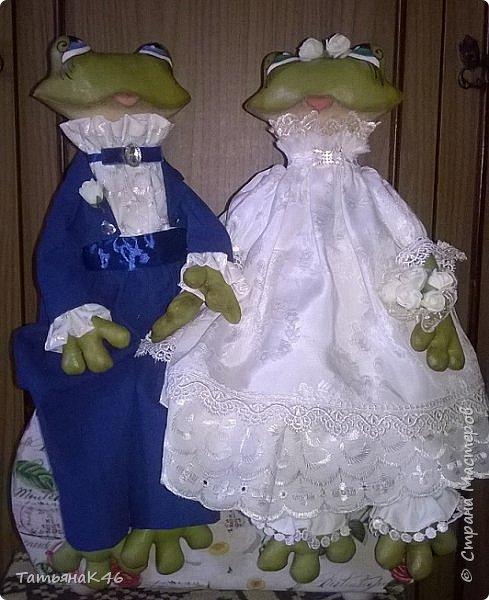 Добрый день! Сшила в подарок на свадьбу сыну подруги пару лягушек по МК А. Голеневой. Фото получились не очень, т.к. делала их в спешке. фото 1