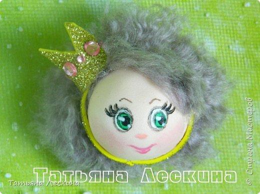 Куколки: Маришка и принцесса Лили, уже упакованы в прозрачные подарочные коробки. Данные куколки являются украшением для ручки(карандаша), но они вполне мобильны- их можно снять, когда вздумается, одеть на другую, подходящую по диаметру ручку. Можно одеть на пальчик, и поиграть в пальчиковый театр. Благодаря материалу, из которого они изготовлены, за ними легко ухаживать в случае загрязнения- лёгкие водные процедуры, и куколка как новая.:) фото 2