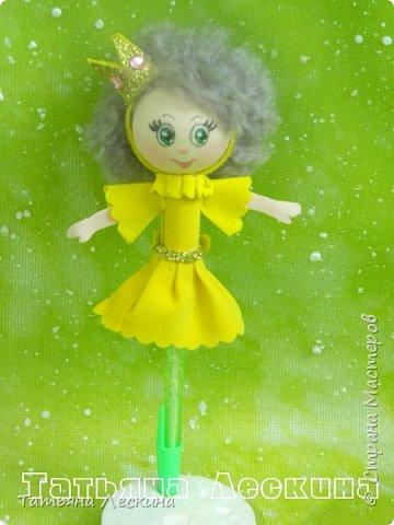 Куколки: Маришка и принцесса Лили, уже упакованы в прозрачные подарочные коробки. Данные куколки являются украшением для ручки(карандаша), но они вполне мобильны- их можно снять, когда вздумается, одеть на другую, подходящую по диаметру ручку. Можно одеть на пальчик, и поиграть в пальчиковый театр. Благодаря материалу, из которого они изготовлены, за ними легко ухаживать в случае загрязнения- лёгкие водные процедуры, и куколка как новая.:) фото 4