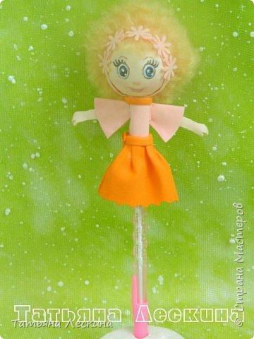 Куколки: Маришка и принцесса Лили, уже упакованы в прозрачные подарочные коробки. Данные куколки являются украшением для ручки(карандаша), но они вполне мобильны- их можно снять, когда вздумается, одеть на другую, подходящую по диаметру ручку. Можно одеть на пальчик, и поиграть в пальчиковый театр. Благодаря материалу, из которого они изготовлены, за ними легко ухаживать в случае загрязнения- лёгкие водные процедуры, и куколка как новая.:) фото 5