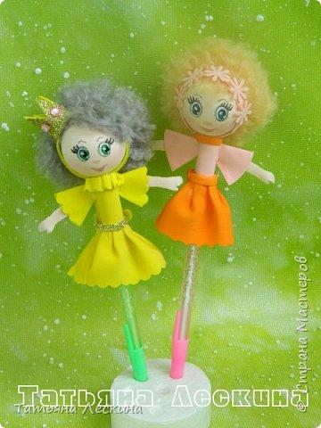 Куколки: Маришка и принцесса Лили, уже упакованы в прозрачные подарочные коробки. Данные куколки являются украшением для ручки(карандаша), но они вполне мобильны- их можно снять, когда вздумается, одеть на другую, подходящую по диаметру ручку. Можно одеть на пальчик, и поиграть в пальчиковый театр. Благодаря материалу, из которого они изготовлены, за ними легко ухаживать в случае загрязнения- лёгкие водные процедуры, и куколка как новая.:) фото 6