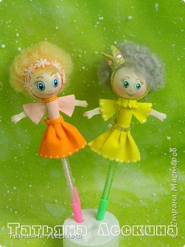 Куколки: Маришка и принцесса Лили, уже упакованы в прозрачные подарочные коробки. Данные куколки являются украшением для ручки(карандаша), но они вполне мобильны- их можно снять, когда вздумается, одеть на другую, подходящую по диаметру ручку. Можно одеть на пальчик, и поиграть в пальчиковый театр. Благодаря материалу, из которого они изготовлены, за ними легко ухаживать в случае загрязнения- лёгкие водные процедуры, и куколка как новая.:) фото 7