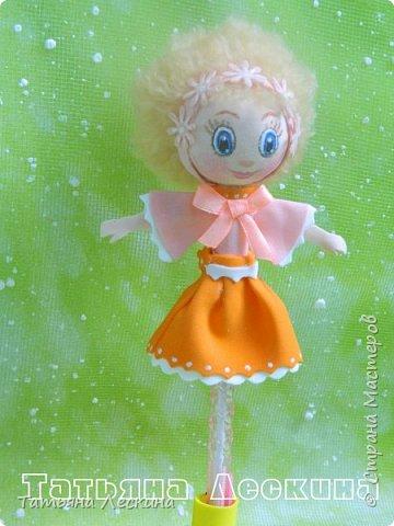 Куколки: Маришка и принцесса Лили, уже упакованы в прозрачные подарочные коробки. Данные куколки являются украшением для ручки(карандаша), но они вполне мобильны- их можно снять, когда вздумается, одеть на другую, подходящую по диаметру ручку. Можно одеть на пальчик, и поиграть в пальчиковый театр. Благодаря материалу, из которого они изготовлены, за ними легко ухаживать в случае загрязнения- лёгкие водные процедуры, и куколка как новая.:) фото 9