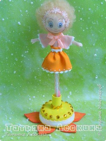 Куколки: Маришка и принцесса Лили, уже упакованы в прозрачные подарочные коробки. Данные куколки являются украшением для ручки(карандаша), но они вполне мобильны- их можно снять, когда вздумается, одеть на другую, подходящую по диаметру ручку. Можно одеть на пальчик, и поиграть в пальчиковый театр. Благодаря материалу, из которого они изготовлены, за ними легко ухаживать в случае загрязнения- лёгкие водные процедуры, и куколка как новая.:) фото 8