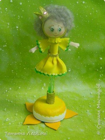 Куколки: Маришка и принцесса Лили, уже упакованы в прозрачные подарочные коробки. Данные куколки являются украшением для ручки(карандаша), но они вполне мобильны- их можно снять, когда вздумается, одеть на другую, подходящую по диаметру ручку. Можно одеть на пальчик, и поиграть в пальчиковый театр. Благодаря материалу, из которого они изготовлены, за ними легко ухаживать в случае загрязнения- лёгкие водные процедуры, и куколка как новая.:) фото 10