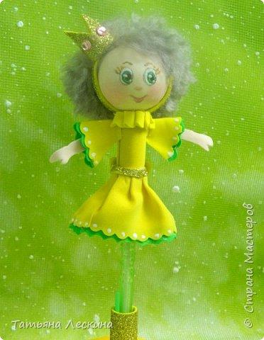 Куколки: Маришка и принцесса Лили, уже упакованы в прозрачные подарочные коробки. Данные куколки являются украшением для ручки(карандаша), но они вполне мобильны- их можно снять, когда вздумается, одеть на другую, подходящую по диаметру ручку. Можно одеть на пальчик, и поиграть в пальчиковый театр. Благодаря материалу, из которого они изготовлены, за ними легко ухаживать в случае загрязнения- лёгкие водные процедуры, и куколка как новая.:) фото 11
