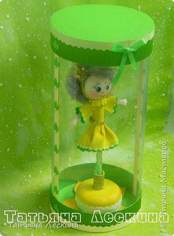 Куколки: Маришка и принцесса Лили, уже упакованы в прозрачные подарочные коробки. Данные куколки являются украшением для ручки(карандаша), но они вполне мобильны- их можно снять, когда вздумается, одеть на другую, подходящую по диаметру ручку. Можно одеть на пальчик, и поиграть в пальчиковый театр. Благодаря материалу, из которого они изготовлены, за ними легко ухаживать в случае загрязнения- лёгкие водные процедуры, и куколка как новая.:) фото 12