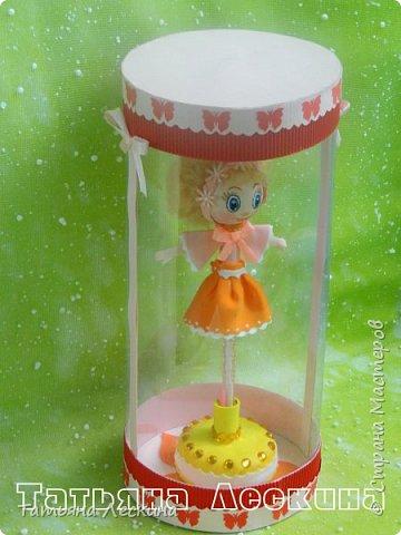 Куколки: Маришка и принцесса Лили, уже упакованы в прозрачные подарочные коробки. Данные куколки являются украшением для ручки(карандаша), но они вполне мобильны- их можно снять, когда вздумается, одеть на другую, подходящую по диаметру ручку. Можно одеть на пальчик, и поиграть в пальчиковый театр. Благодаря материалу, из которого они изготовлены, за ними легко ухаживать в случае загрязнения- лёгкие водные процедуры, и куколка как новая.:) фото 13