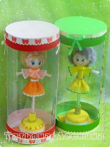 Куколки: Маришка и принцесса Лили, уже упакованы в прозрачные подарочные коробки. Данные куколки являются украшением для ручки(карандаша), но они вполне мобильны- их можно снять, когда вздумается, одеть на другую, подходящую по диаметру ручку. Можно одеть на пальчик, и поиграть в пальчиковый театр. Благодаря материалу, из которого они изготовлены, за ними легко ухаживать в случае загрязнения- лёгкие водные процедуры, и куколка как новая.:) фото 1