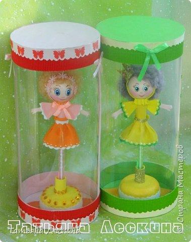 Куколки: Маришка и принцесса Лили, уже упакованы в прозрачные подарочные коробки. Данные куколки являются украшением для ручки(карандаша), но они вполне мобильны- их можно снять, когда вздумается, одеть на другую, подходящую по диаметру ручку. Можно одеть на пальчик, и поиграть в пальчиковый театр. Благодаря материалу, из которого они изготовлены, за ними легко ухаживать в случае загрязнения- лёгкие водные процедуры, и куколка как новая.:) фото 14