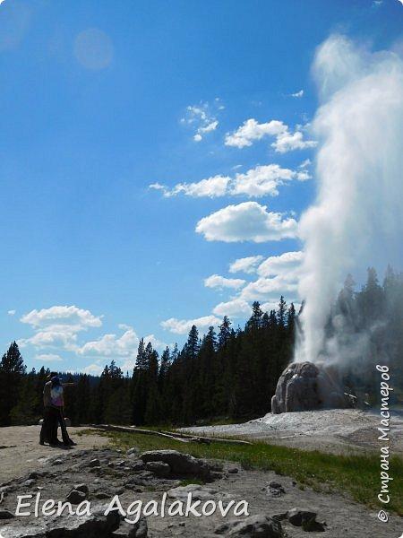 Продолжаю делится впечатлениями от поездки в Йе́ллоустон (Yellowstone National Park)— международный биосферный заповедник, объект Всемирного Наследия ЮНЕСКО, первый в мире национальный парк (основан 1 марта 1872 года). Находится в США, на территории штатов Вайоминг, Монтана и Айдахо. Парк знаменит многочисленными гейзерами и другими геотермическими объектами, богатой живой природой, живописными ландшафтами. ( взято из Википедии ) Мы останавливались в кемпингах в палатках. Парк произвел на нас огромное впечатление. Очень хочется поделится с вами красотой которую я увидела. В один фоторепортаж трудно вместить все увиденное поэтому это уже седьмой, последний.  Сегодня я расскажу про Гейзер Одинокая звезда (Lone Star Geyser )  Жалко что при загрузке фото уменьшаются и теряется качество поэтому смотрятся картинки плоско... но с этим я ничего поделать не могу. фото 23