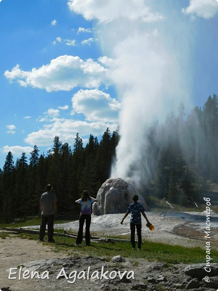 Продолжаю делится впечатлениями от поездки в Йе́ллоустон (Yellowstone National Park)— международный биосферный заповедник, объект Всемирного Наследия ЮНЕСКО, первый в мире национальный парк (основан 1 марта 1872 года). Находится в США, на территории штатов Вайоминг, Монтана и Айдахо. Парк знаменит многочисленными гейзерами и другими геотермическими объектами, богатой живой природой, живописными ландшафтами. ( взято из Википедии ) Мы останавливались в кемпингах в палатках. Парк произвел на нас огромное впечатление. Очень хочется поделится с вами красотой которую я увидела. В один фоторепортаж трудно вместить все увиденное поэтому это уже седьмой, последний.  Сегодня я расскажу про Гейзер Одинокая звезда (Lone Star Geyser )  Жалко что при загрузке фото уменьшаются и теряется качество поэтому смотрятся картинки плоско... но с этим я ничего поделать не могу. фото 22