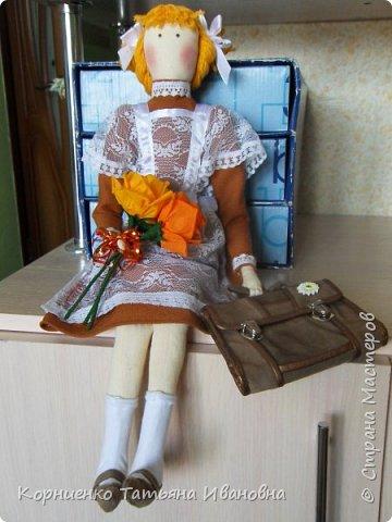 """Вот и подросла моя соседка, в этом году она пойдёт в 1 класс. В качестве подарка решила сделать ей вот такую подружку-ученицу. Возможно подарят куколку своей первой учительнице на """"День знаний"""". Высота куколки 53 см.. фото 1"""