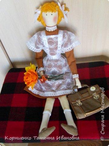 """Вот и подросла моя соседка, в этом году она пойдёт в 1 класс. В качестве подарка решила сделать ей вот такую подружку-ученицу. Возможно подарят куколку своей первой учительнице на """"День знаний"""". Высота куколки 53 см.. фото 7"""