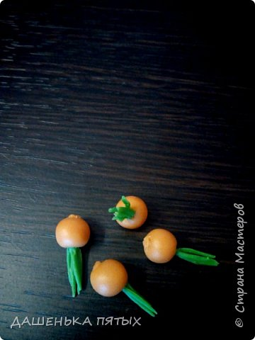 Приветствую всех заглянувших:-)А мы с дочей уже собрали урожай:-)теперь наши куклы и игрушки голодными точно не останутся.Моя Машуля и супы варит и жарит-парит овощи,и компотик куколкам даёт:-)И в сортеры играем,и считаем,и в грядки садим.В общем очень увлекательное занятие с овощами играть:-)главное ребёнок оценил:-) фото 8
