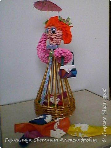 Такая  салфетница  будет не только украшением стола , но и хорошей игрушкой для детей ,потому что можно с ней играть , а также  внизу  юбочки можно  спрятать  маленькие   сувениры. Увидела такую девушку   у автора   и замечательной  мастерицы Елены  Пузановой фото 24