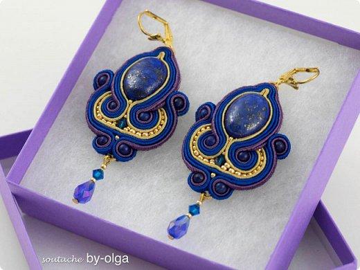 """Серьги """"Рани"""" выполнены по одному дизайну, но в двух разных расцветках. Сутаж выбирался, исходя из цветов камней-кабошонов. Синие серьги - с лазуритом, а рыженькие - с авантюриновым стеклом. Также я использовала круглые бусинки из тех же камней, что и кабошоны, биконы Сваровски, стеклянные бусинки-капельки и немного японского бисера Миюки. :) фото 7"""