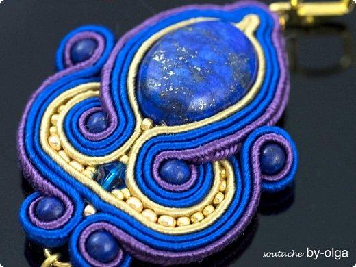 """Серьги """"Рани"""" выполнены по одному дизайну, но в двух разных расцветках. Сутаж выбирался, исходя из цветов камней-кабошонов. Синие серьги - с лазуритом, а рыженькие - с авантюриновым стеклом. Также я использовала круглые бусинки из тех же камней, что и кабошоны, биконы Сваровски, стеклянные бусинки-капельки и немного японского бисера Миюки. :) фото 5"""