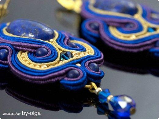 """Серьги """"Рани"""" выполнены по одному дизайну, но в двух разных расцветках. Сутаж выбирался, исходя из цветов камней-кабошонов. Синие серьги - с лазуритом, а рыженькие - с авантюриновым стеклом. Также я использовала круглые бусинки из тех же камней, что и кабошоны, биконы Сваровски, стеклянные бусинки-капельки и немного японского бисера Миюки. :) фото 6"""