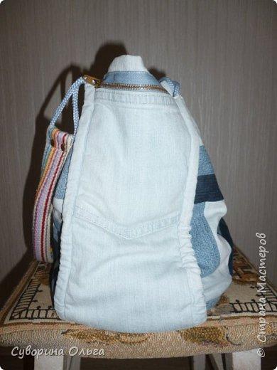 И было у тети Оли трое старых протертых джинсов,которые были благосклонно подарены ее сыном. Потом она заглянула на Ярмарку Мастеров,где прикупила магнитный замок,шнуры и плотную тесьму для ручек,заклепки у нее уже были.Купила дублерин.Нашла в И-нете понравившуюся модель сумки  и - вперед!Вот такая вот получилась летняя сумка,довольно таки вместительная даже. фото 2