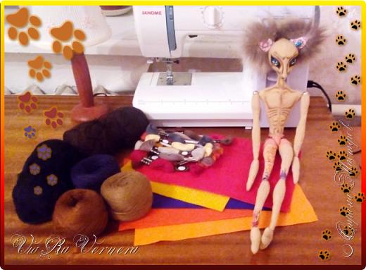 Доброго времени суток, сегодня расскажу вам одну историю ;) Захотелось как-то мне создать куклу с элементами аниме-стиля (для этого был выбран образ Кицуне — Девятихвостого Лиса), в особенности сделать похожими волосы. Обычно я их делаю из шерстяного мулине или из шерсти, редко использую синтетические парики. Но не один из доступных материалов мне не нравился: шерсть… она запутается если долго теребить прическу (вспоминаю Утену), мулине? А как из них сделать аниме-пряди? Клеем? Нет, такой способ мне тоже не подходит… про парик уж нечего говорить: он и без того слишком не послушный, за это я и не люблю синтетические волосы.  Не найдя ответ на свой вопрос, я обратилась к интернету: стала искать кукол в аниме-стиле, особенно мне хотелось найти текстильных. Но и интернет оказался не богат: на мой запрос попадались в основном корейски текстильные барби (тряпиенсы), и то волосы у них были из ниток или парика. Но кое-что меня все таки заинтересовало: куклы-чибики. У них были волосы из фетра. И тут я вспомнила о завалявшимся у меня в полке еще с Нового года фетре… на ярмарку я хотела сделать петушков из фетра, год огненного петуха же, но они не пользовались спросом и идея маленьких игрушек из фетра была заброшена как и сам фетр. Что же, видимо настало время о нем вспомнить.   Немного помучавшись, ведь фетр совсем не охотно краситься, получился весьма интересный результат… Имея опыт работы с фетром, волосы я приклеила клеем «Титан». Фетр намного охотнее клеиться, чем пришивается. Получилось красиво. Может оставить так? И тут мысль: «Ну что же, эксперимент, так эксперимент!» — я решила добавить в прическу шерстяное мулине. И… На мой взгляд такое необычное сочетание оказалось весьма удачным, думаю я буду использовать его в своих будущих работах.   Я не знала какой получиться результат: очевидно было лишь одно, он должен быть очень интересный, поэтому все этапы работы были сфотографированы и собран небольшой мастер-класс эксперимент, что же, смотрим ;)  фото 2
