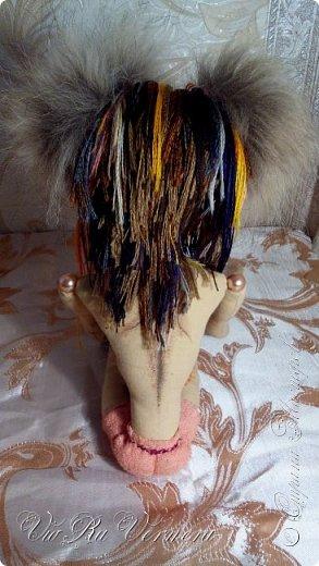 Доброго времени суток, сегодня расскажу вам одну историю ;) Захотелось как-то мне создать куклу с элементами аниме-стиля (для этого был выбран образ Кицуне — Девятихвостого Лиса), в особенности сделать похожими волосы. Обычно я их делаю из шерстяного мулине или из шерсти, редко использую синтетические парики. Но не один из доступных материалов мне не нравился: шерсть… она запутается если долго теребить прическу (вспоминаю Утену), мулине? А как из них сделать аниме-пряди? Клеем? Нет, такой способ мне тоже не подходит… про парик уж нечего говорить: он и без того слишком не послушный, за это я и не люблю синтетические волосы.  Не найдя ответ на свой вопрос, я обратилась к интернету: стала искать кукол в аниме-стиле, особенно мне хотелось найти текстильных. Но и интернет оказался не богат: на мой запрос попадались в основном корейски текстильные барби (тряпиенсы), и то волосы у них были из ниток или парика. Но кое-что меня все таки заинтересовало: куклы-чибики. У них были волосы из фетра. И тут я вспомнила о завалявшимся у меня в полке еще с Нового года фетре… на ярмарку я хотела сделать петушков из фетра, год огненного петуха же, но они не пользовались спросом и идея маленьких игрушек из фетра была заброшена как и сам фетр. Что же, видимо настало время о нем вспомнить.   Немного помучавшись, ведь фетр совсем не охотно краситься, получился весьма интересный результат… Имея опыт работы с фетром, волосы я приклеила клеем «Титан». Фетр намного охотнее клеиться, чем пришивается. Получилось красиво. Может оставить так? И тут мысль: «Ну что же, эксперимент, так эксперимент!» — я решила добавить в прическу шерстяное мулине. И… На мой взгляд такое необычное сочетание оказалось весьма удачным, думаю я буду использовать его в своих будущих работах.   Я не знала какой получиться результат: очевидно было лишь одно, он должен быть очень интересный, поэтому все этапы работы были сфотографированы и собран небольшой мастер-класс эксперимент, что же, смотрим ;)  фото 25