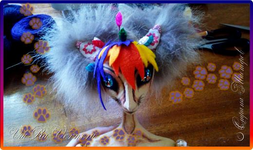 Доброго времени суток, сегодня расскажу вам одну историю ;) Захотелось как-то мне создать куклу с элементами аниме-стиля (для этого был выбран образ Кицуне — Девятихвостого Лиса), в особенности сделать похожими волосы. Обычно я их делаю из шерстяного мулине или из шерсти, редко использую синтетические парики. Но не один из доступных материалов мне не нравился: шерсть… она запутается если долго теребить прическу (вспоминаю Утену), мулине? А как из них сделать аниме-пряди? Клеем? Нет, такой способ мне тоже не подходит… про парик уж нечего говорить: он и без того слишком не послушный, за это я и не люблю синтетические волосы.  Не найдя ответ на свой вопрос, я обратилась к интернету: стала искать кукол в аниме-стиле, особенно мне хотелось найти текстильных. Но и интернет оказался не богат: на мой запрос попадались в основном корейски текстильные барби (тряпиенсы), и то волосы у них были из ниток или парика. Но кое-что меня все таки заинтересовало: куклы-чибики. У них были волосы из фетра. И тут я вспомнила о завалявшимся у меня в полке еще с Нового года фетре… на ярмарку я хотела сделать петушков из фетра, год огненного петуха же, но они не пользовались спросом и идея маленьких игрушек из фетра была заброшена как и сам фетр. Что же, видимо настало время о нем вспомнить.   Немного помучавшись, ведь фетр совсем не охотно краситься, получился весьма интересный результат… Имея опыт работы с фетром, волосы я приклеила клеем «Титан». Фетр намного охотнее клеиться, чем пришивается. Получилось красиво. Может оставить так? И тут мысль: «Ну что же, эксперимент, так эксперимент!» — я решила добавить в прическу шерстяное мулине. И… На мой взгляд такое необычное сочетание оказалось весьма удачным, думаю я буду использовать его в своих будущих работах.   Я не знала какой получиться результат: очевидно было лишь одно, он должен быть очень интересный, поэтому все этапы работы были сфотографированы и собран небольшой мастер-класс эксперимент, что же, смотрим ;)  фото 5