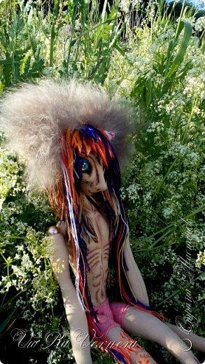 Доброго времени суток, сегодня расскажу вам одну историю ;) Захотелось как-то мне создать куклу с элементами аниме-стиля (для этого был выбран образ Кицуне — Девятихвостого Лиса), в особенности сделать похожими волосы. Обычно я их делаю из шерстяного мулине или из шерсти, редко использую синтетические парики. Но не один из доступных материалов мне не нравился: шерсть… она запутается если долго теребить прическу (вспоминаю Утену), мулине? А как из них сделать аниме-пряди? Клеем? Нет, такой способ мне тоже не подходит… про парик уж нечего говорить: он и без того слишком не послушный, за это я и не люблю синтетические волосы.  Не найдя ответ на свой вопрос, я обратилась к интернету: стала искать кукол в аниме-стиле, особенно мне хотелось найти текстильных. Но и интернет оказался не богат: на мой запрос попадались в основном корейски текстильные барби (тряпиенсы), и то волосы у них были из ниток или парика. Но кое-что меня все таки заинтересовало: куклы-чибики. У них были волосы из фетра. И тут я вспомнила о завалявшимся у меня в полке еще с Нового года фетре… на ярмарку я хотела сделать петушков из фетра, год огненного петуха же, но они не пользовались спросом и идея маленьких игрушек из фетра была заброшена как и сам фетр. Что же, видимо настало время о нем вспомнить.   Немного помучавшись, ведь фетр совсем не охотно краситься, получился весьма интересный результат… Имея опыт работы с фетром, волосы я приклеила клеем «Титан». Фетр намного охотнее клеиться, чем пришивается. Получилось красиво. Может оставить так? И тут мысль: «Ну что же, эксперимент, так эксперимент!» — я решила добавить в прическу шерстяное мулине. И… На мой взгляд такое необычное сочетание оказалось весьма удачным, думаю я буду использовать его в своих будущих работах.   Я не знала какой получиться результат: очевидно было лишь одно, он должен быть очень интересный, поэтому все этапы работы были сфотографированы и собран небольшой мастер-класс эксперимент, что же, смотрим ;)  фото 26