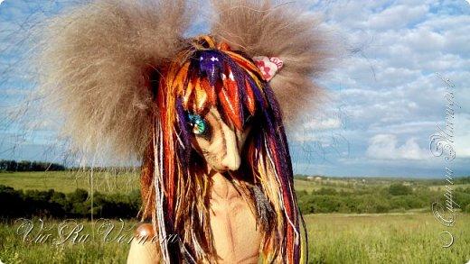 Доброго времени суток, сегодня расскажу вам одну историю ;) Захотелось как-то мне создать куклу с элементами аниме-стиля (для этого был выбран образ Кицуне — Девятихвостого Лиса), в особенности сделать похожими волосы. Обычно я их делаю из шерстяного мулине или из шерсти, редко использую синтетические парики. Но не один из доступных материалов мне не нравился: шерсть… она запутается если долго теребить прическу (вспоминаю Утену), мулине? А как из них сделать аниме-пряди? Клеем? Нет, такой способ мне тоже не подходит… про парик уж нечего говорить: он и без того слишком не послушный, за это я и не люблю синтетические волосы.  Не найдя ответ на свой вопрос, я обратилась к интернету: стала искать кукол в аниме-стиле, особенно мне хотелось найти текстильных. Но и интернет оказался не богат: на мой запрос попадались в основном корейски текстильные барби (тряпиенсы), и то волосы у них были из ниток или парика. Но кое-что меня все таки заинтересовало: куклы-чибики. У них были волосы из фетра. И тут я вспомнила о завалявшимся у меня в полке еще с Нового года фетре… на ярмарку я хотела сделать петушков из фетра, год огненного петуха же, но они не пользовались спросом и идея маленьких игрушек из фетра была заброшена как и сам фетр. Что же, видимо настало время о нем вспомнить.   Немного помучавшись, ведь фетр совсем не охотно краситься, получился весьма интересный результат… Имея опыт работы с фетром, волосы я приклеила клеем «Титан». Фетр намного охотнее клеиться, чем пришивается. Получилось красиво. Может оставить так? И тут мысль: «Ну что же, эксперимент, так эксперимент!» — я решила добавить в прическу шерстяное мулине. И… На мой взгляд такое необычное сочетание оказалось весьма удачным, думаю я буду использовать его в своих будущих работах.   Я не знала какой получиться результат: очевидно было лишь одно, он должен быть очень интересный, поэтому все этапы работы были сфотографированы и собран небольшой мастер-класс эксперимент, что же, смотрим ;)  фото 1
