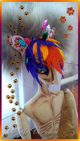 Доброго времени суток, сегодня расскажу вам одну историю ;) Захотелось как-то мне создать куклу с элементами аниме-стиля (для этого был выбран образ Кицуне — Девятихвостого Лиса), в особенности сделать похожими волосы. Обычно я их делаю из шерстяного мулине или из шерсти, редко использую синтетические парики. Но не один из доступных материалов мне не нравился: шерсть… она запутается если долго теребить прическу (вспоминаю Утену), мулине? А как из них сделать аниме-пряди? Клеем? Нет, такой способ мне тоже не подходит… про парик уж нечего говорить: он и без того слишком не послушный, за это я и не люблю синтетические волосы.  Не найдя ответ на свой вопрос, я обратилась к интернету: стала искать кукол в аниме-стиле, особенно мне хотелось найти текстильных. Но и интернет оказался не богат: на мой запрос попадались в основном корейски текстильные барби (тряпиенсы), и то волосы у них были из ниток или парика. Но кое-что меня все таки заинтересовало: куклы-чибики. У них были волосы из фетра. И тут я вспомнила о завалявшимся у меня в полке еще с Нового года фетре… на ярмарку я хотела сделать петушков из фетра, год огненного петуха же, но они не пользовались спросом и идея маленьких игрушек из фетра была заброшена как и сам фетр. Что же, видимо настало время о нем вспомнить.   Немного помучавшись, ведь фетр совсем не охотно краситься, получился весьма интересный результат… Имея опыт работы с фетром, волосы я приклеила клеем «Титан». Фетр намного охотнее клеиться, чем пришивается. Получилось красиво. Может оставить так? И тут мысль: «Ну что же, эксперимент, так эксперимент!» — я решила добавить в прическу шерстяное мулине. И… На мой взгляд такое необычное сочетание оказалось весьма удачным, думаю я буду использовать его в своих будущих работах.   Я не знала какой получиться результат: очевидно было лишь одно, он должен быть очень интересный, поэтому все этапы работы были сфотографированы и собран небольшой мастер-класс эксперимент, что же, смотрим ;)  фото 6