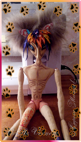 Доброго времени суток, сегодня расскажу вам одну историю ;) Захотелось как-то мне создать куклу с элементами аниме-стиля (для этого был выбран образ Кицуне — Девятихвостого Лиса), в особенности сделать похожими волосы. Обычно я их делаю из шерстяного мулине или из шерсти, редко использую синтетические парики. Но не один из доступных материалов мне не нравился: шерсть… она запутается если долго теребить прическу (вспоминаю Утену), мулине? А как из них сделать аниме-пряди? Клеем? Нет, такой способ мне тоже не подходит… про парик уж нечего говорить: он и без того слишком не послушный, за это я и не люблю синтетические волосы.  Не найдя ответ на свой вопрос, я обратилась к интернету: стала искать кукол в аниме-стиле, особенно мне хотелось найти текстильных. Но и интернет оказался не богат: на мой запрос попадались в основном корейски текстильные барби (тряпиенсы), и то волосы у них были из ниток или парика. Но кое-что меня все таки заинтересовало: куклы-чибики. У них были волосы из фетра. И тут я вспомнила о завалявшимся у меня в полке еще с Нового года фетре… на ярмарку я хотела сделать петушков из фетра, год огненного петуха же, но они не пользовались спросом и идея маленьких игрушек из фетра была заброшена как и сам фетр. Что же, видимо настало время о нем вспомнить.   Немного помучавшись, ведь фетр совсем не охотно краситься, получился весьма интересный результат… Имея опыт работы с фетром, волосы я приклеила клеем «Титан». Фетр намного охотнее клеиться, чем пришивается. Получилось красиво. Может оставить так? И тут мысль: «Ну что же, эксперимент, так эксперимент!» — я решила добавить в прическу шерстяное мулине. И… На мой взгляд такое необычное сочетание оказалось весьма удачным, думаю я буду использовать его в своих будущих работах.   Я не знала какой получиться результат: очевидно было лишь одно, он должен быть очень интересный, поэтому все этапы работы были сфотографированы и собран небольшой мастер-класс эксперимент, что же, смотрим ;)  фото 8