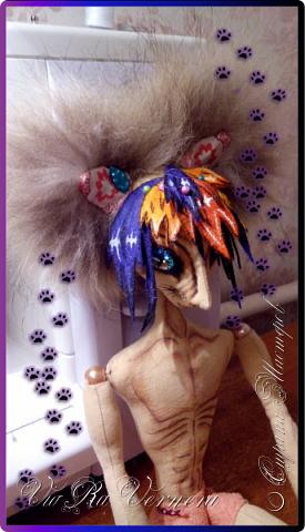Доброго времени суток, сегодня расскажу вам одну историю ;) Захотелось как-то мне создать куклу с элементами аниме-стиля (для этого был выбран образ Кицуне — Девятихвостого Лиса), в особенности сделать похожими волосы. Обычно я их делаю из шерстяного мулине или из шерсти, редко использую синтетические парики. Но не один из доступных материалов мне не нравился: шерсть… она запутается если долго теребить прическу (вспоминаю Утену), мулине? А как из них сделать аниме-пряди? Клеем? Нет, такой способ мне тоже не подходит… про парик уж нечего говорить: он и без того слишком не послушный, за это я и не люблю синтетические волосы.  Не найдя ответ на свой вопрос, я обратилась к интернету: стала искать кукол в аниме-стиле, особенно мне хотелось найти текстильных. Но и интернет оказался не богат: на мой запрос попадались в основном корейски текстильные барби (тряпиенсы), и то волосы у них были из ниток или парика. Но кое-что меня все таки заинтересовало: куклы-чибики. У них были волосы из фетра. И тут я вспомнила о завалявшимся у меня в полке еще с Нового года фетре… на ярмарку я хотела сделать петушков из фетра, год огненного петуха же, но они не пользовались спросом и идея маленьких игрушек из фетра была заброшена как и сам фетр. Что же, видимо настало время о нем вспомнить.   Немного помучавшись, ведь фетр совсем не охотно краситься, получился весьма интересный результат… Имея опыт работы с фетром, волосы я приклеила клеем «Титан». Фетр намного охотнее клеиться, чем пришивается. Получилось красиво. Может оставить так? И тут мысль: «Ну что же, эксперимент, так эксперимент!» — я решила добавить в прическу шерстяное мулине. И… На мой взгляд такое необычное сочетание оказалось весьма удачным, думаю я буду использовать его в своих будущих работах.   Я не знала какой получиться результат: очевидно было лишь одно, он должен быть очень интересный, поэтому все этапы работы были сфотографированы и собран небольшой мастер-класс эксперимент, что же, смотрим ;)  фото 9