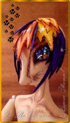 Доброго времени суток, сегодня расскажу вам одну историю ;) Захотелось как-то мне создать куклу с элементами аниме-стиля (для этого был выбран образ Кицуне — Девятихвостого Лиса), в особенности сделать похожими волосы. Обычно я их делаю из шерстяного мулине или из шерсти, редко использую синтетические парики. Но не один из доступных материалов мне не нравился: шерсть… она запутается если долго теребить прическу (вспоминаю Утену), мулине? А как из них сделать аниме-пряди? Клеем? Нет, такой способ мне тоже не подходит… про парик уж нечего говорить: он и без того слишком не послушный, за это я и не люблю синтетические волосы.  Не найдя ответ на свой вопрос, я обратилась к интернету: стала искать кукол в аниме-стиле, особенно мне хотелось найти текстильных. Но и интернет оказался не богат: на мой запрос попадались в основном корейски текстильные барби (тряпиенсы), и то волосы у них были из ниток или парика. Но кое-что меня все таки заинтересовало: куклы-чибики. У них были волосы из фетра. И тут я вспомнила о завалявшимся у меня в полке еще с Нового года фетре… на ярмарку я хотела сделать петушков из фетра, год огненного петуха же, но они не пользовались спросом и идея маленьких игрушек из фетра была заброшена как и сам фетр. Что же, видимо настало время о нем вспомнить.   Немного помучавшись, ведь фетр совсем не охотно краситься, получился весьма интересный результат… Имея опыт работы с фетром, волосы я приклеила клеем «Титан». Фетр намного охотнее клеиться, чем пришивается. Получилось красиво. Может оставить так? И тут мысль: «Ну что же, эксперимент, так эксперимент!» — я решила добавить в прическу шерстяное мулине. И… На мой взгляд такое необычное сочетание оказалось весьма удачным, думаю я буду использовать его в своих будущих работах.   Я не знала какой получиться результат: очевидно было лишь одно, он должен быть очень интересный, поэтому все этапы работы были сфотографированы и собран небольшой мастер-класс эксперимент, что же, смотрим ;)  фото 10