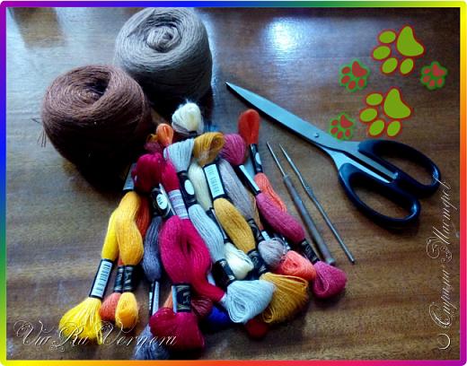 Доброго времени суток, сегодня расскажу вам одну историю ;) Захотелось как-то мне создать куклу с элементами аниме-стиля (для этого был выбран образ Кицуне — Девятихвостого Лиса), в особенности сделать похожими волосы. Обычно я их делаю из шерстяного мулине или из шерсти, редко использую синтетические парики. Но не один из доступных материалов мне не нравился: шерсть… она запутается если долго теребить прическу (вспоминаю Утену), мулине? А как из них сделать аниме-пряди? Клеем? Нет, такой способ мне тоже не подходит… про парик уж нечего говорить: он и без того слишком не послушный, за это я и не люблю синтетические волосы.  Не найдя ответ на свой вопрос, я обратилась к интернету: стала искать кукол в аниме-стиле, особенно мне хотелось найти текстильных. Но и интернет оказался не богат: на мой запрос попадались в основном корейски текстильные барби (тряпиенсы), и то волосы у них были из ниток или парика. Но кое-что меня все таки заинтересовало: куклы-чибики. У них были волосы из фетра. И тут я вспомнила о завалявшимся у меня в полке еще с Нового года фетре… на ярмарку я хотела сделать петушков из фетра, год огненного петуха же, но они не пользовались спросом и идея маленьких игрушек из фетра была заброшена как и сам фетр. Что же, видимо настало время о нем вспомнить.   Немного помучавшись, ведь фетр совсем не охотно краситься, получился весьма интересный результат… Имея опыт работы с фетром, волосы я приклеила клеем «Титан». Фетр намного охотнее клеиться, чем пришивается. Получилось красиво. Может оставить так? И тут мысль: «Ну что же, эксперимент, так эксперимент!» — я решила добавить в прическу шерстяное мулине. И… На мой взгляд такое необычное сочетание оказалось весьма удачным, думаю я буду использовать его в своих будущих работах.   Я не знала какой получиться результат: очевидно было лишь одно, он должен быть очень интересный, поэтому все этапы работы были сфотографированы и собран небольшой мастер-класс эксперимент, что же, смотрим ;)  фото 11