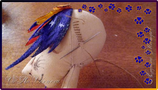 Доброго времени суток, сегодня расскажу вам одну историю ;) Захотелось как-то мне создать куклу с элементами аниме-стиля (для этого был выбран образ Кицуне — Девятихвостого Лиса), в особенности сделать похожими волосы. Обычно я их делаю из шерстяного мулине или из шерсти, редко использую синтетические парики. Но не один из доступных материалов мне не нравился: шерсть… она запутается если долго теребить прическу (вспоминаю Утену), мулине? А как из них сделать аниме-пряди? Клеем? Нет, такой способ мне тоже не подходит… про парик уж нечего говорить: он и без того слишком не послушный, за это я и не люблю синтетические волосы.  Не найдя ответ на свой вопрос, я обратилась к интернету: стала искать кукол в аниме-стиле, особенно мне хотелось найти текстильных. Но и интернет оказался не богат: на мой запрос попадались в основном корейски текстильные барби (тряпиенсы), и то волосы у них были из ниток или парика. Но кое-что меня все таки заинтересовало: куклы-чибики. У них были волосы из фетра. И тут я вспомнила о завалявшимся у меня в полке еще с Нового года фетре… на ярмарку я хотела сделать петушков из фетра, год огненного петуха же, но они не пользовались спросом и идея маленьких игрушек из фетра была заброшена как и сам фетр. Что же, видимо настало время о нем вспомнить.   Немного помучавшись, ведь фетр совсем не охотно краситься, получился весьма интересный результат… Имея опыт работы с фетром, волосы я приклеила клеем «Титан». Фетр намного охотнее клеиться, чем пришивается. Получилось красиво. Может оставить так? И тут мысль: «Ну что же, эксперимент, так эксперимент!» — я решила добавить в прическу шерстяное мулине. И… На мой взгляд такое необычное сочетание оказалось весьма удачным, думаю я буду использовать его в своих будущих работах.   Я не знала какой получиться результат: очевидно было лишь одно, он должен быть очень интересный, поэтому все этапы работы были сфотографированы и собран небольшой мастер-класс эксперимент, что же, смотрим ;)  фото 12