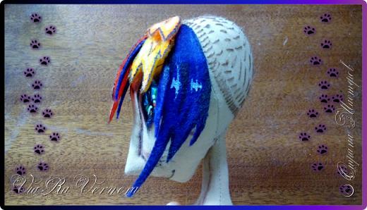 Доброго времени суток, сегодня расскажу вам одну историю ;) Захотелось как-то мне создать куклу с элементами аниме-стиля (для этого был выбран образ Кицуне — Девятихвостого Лиса), в особенности сделать похожими волосы. Обычно я их делаю из шерстяного мулине или из шерсти, редко использую синтетические парики. Но не один из доступных материалов мне не нравился: шерсть… она запутается если долго теребить прическу (вспоминаю Утену), мулине? А как из них сделать аниме-пряди? Клеем? Нет, такой способ мне тоже не подходит… про парик уж нечего говорить: он и без того слишком не послушный, за это я и не люблю синтетические волосы.  Не найдя ответ на свой вопрос, я обратилась к интернету: стала искать кукол в аниме-стиле, особенно мне хотелось найти текстильных. Но и интернет оказался не богат: на мой запрос попадались в основном корейски текстильные барби (тряпиенсы), и то волосы у них были из ниток или парика. Но кое-что меня все таки заинтересовало: куклы-чибики. У них были волосы из фетра. И тут я вспомнила о завалявшимся у меня в полке еще с Нового года фетре… на ярмарку я хотела сделать петушков из фетра, год огненного петуха же, но они не пользовались спросом и идея маленьких игрушек из фетра была заброшена как и сам фетр. Что же, видимо настало время о нем вспомнить.   Немного помучавшись, ведь фетр совсем не охотно краситься, получился весьма интересный результат… Имея опыт работы с фетром, волосы я приклеила клеем «Титан». Фетр намного охотнее клеиться, чем пришивается. Получилось красиво. Может оставить так? И тут мысль: «Ну что же, эксперимент, так эксперимент!» — я решила добавить в прическу шерстяное мулине. И… На мой взгляд такое необычное сочетание оказалось весьма удачным, думаю я буду использовать его в своих будущих работах.   Я не знала какой получиться результат: очевидно было лишь одно, он должен быть очень интересный, поэтому все этапы работы были сфотографированы и собран небольшой мастер-класс эксперимент, что же, смотрим ;)  фото 13